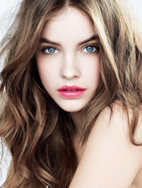 Русые волосы бледная кожа голубые глаза